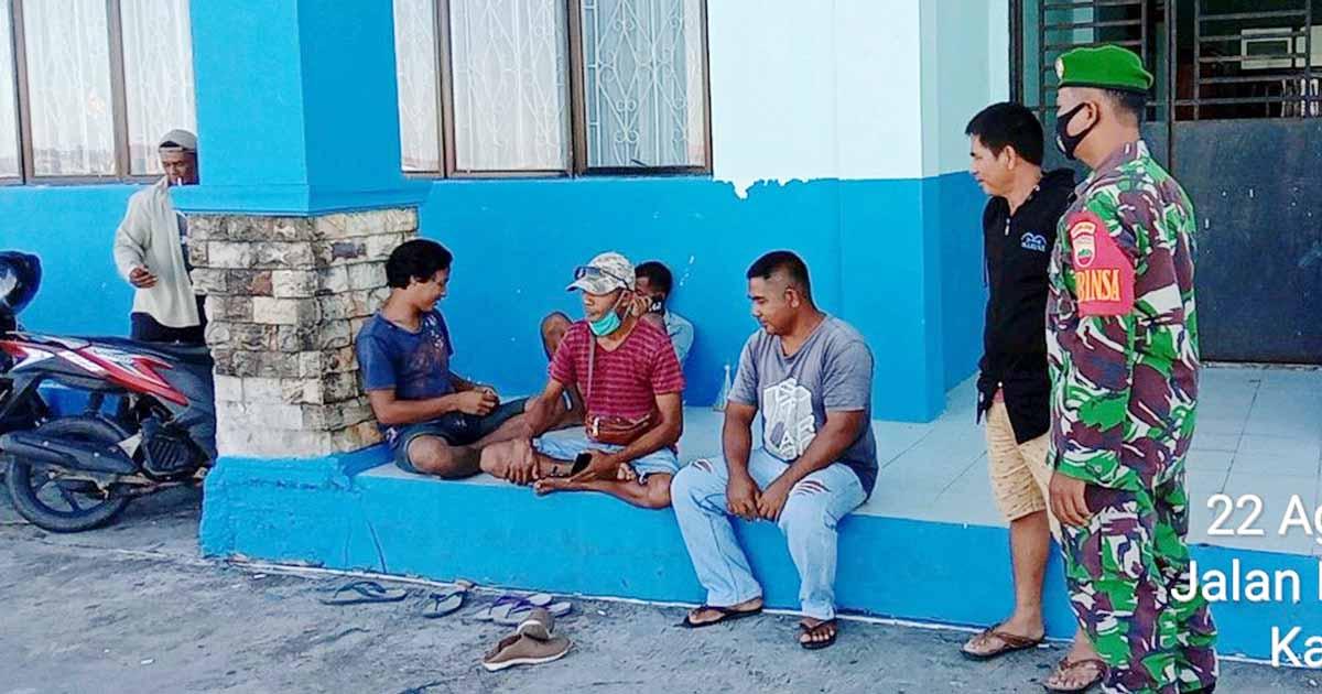 Babinsa Kelurahan Batu Hitam Komsos Dengan Supir Pengangkut Barang Pelabuhan Penagi 1