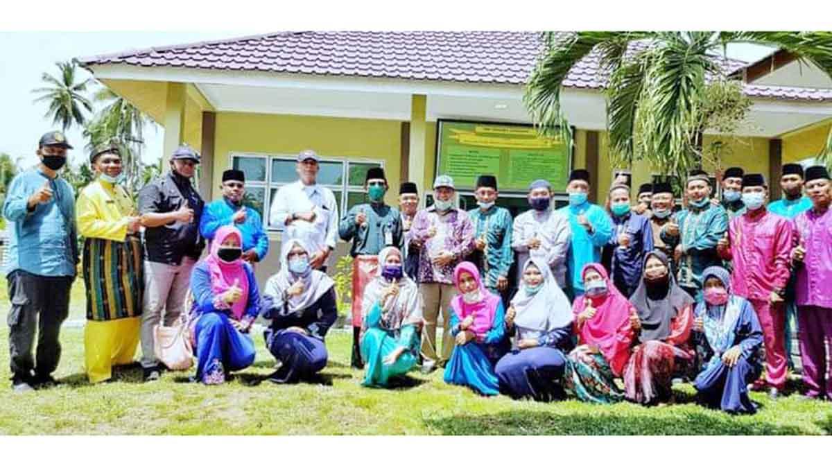 Bupati Kepulauan Meranti, H Irwan dan rombongan, bersama Kepala Sekolah, Majelis Guru dan siswa SMPN 3 Kecamatan Rangsang