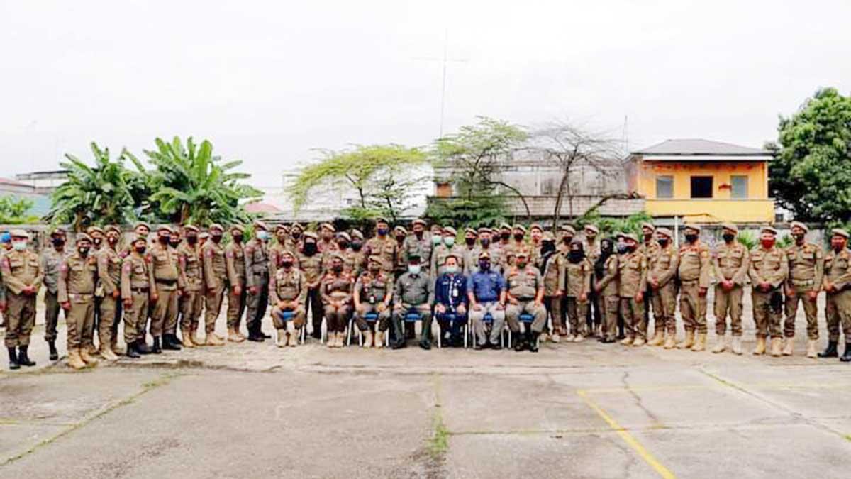Bupati Kepulauan Meranti, Irwan Nasir, Kasatpol PP Meranti, Helfandi, para undangan dan anggota Satpol PP Meranti.