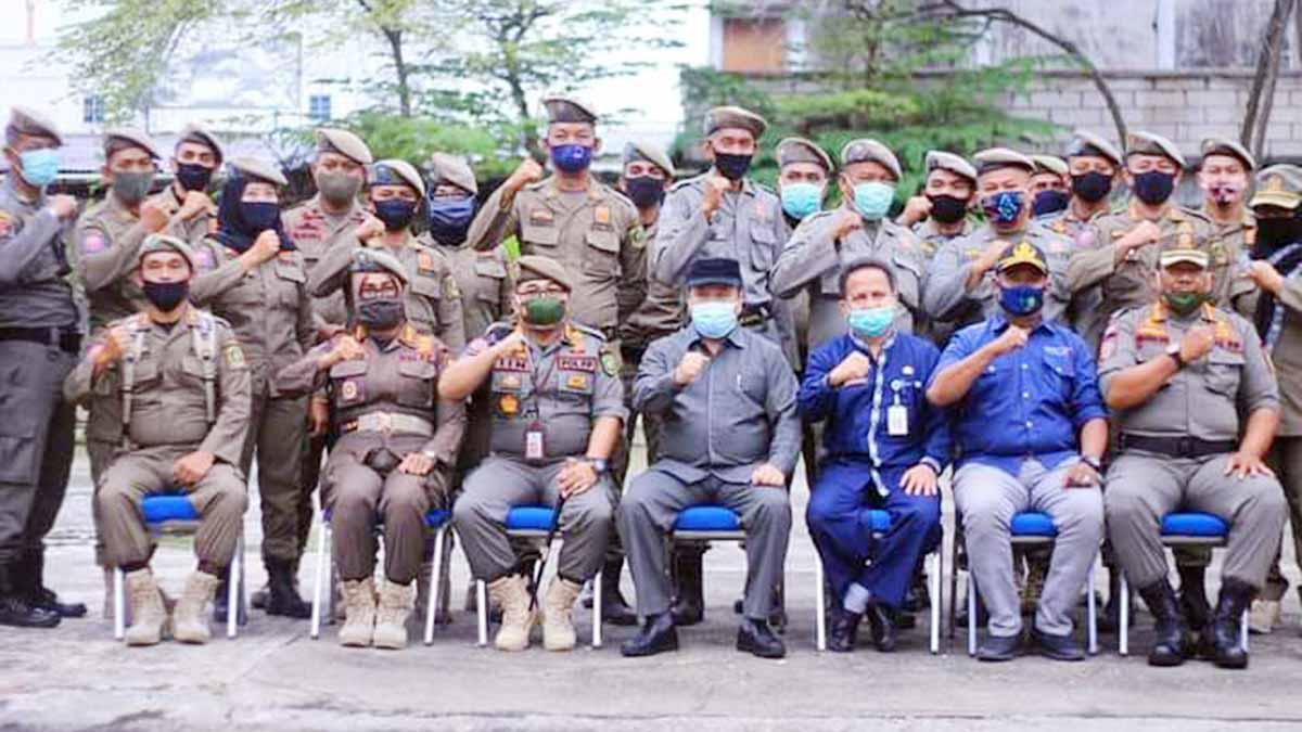 Bupati Kepulauan Meranti, Irwan Nasir, Kasatpol PP Meranti, Helfandi, para undangan dan anggota Satpol PP Meranti
