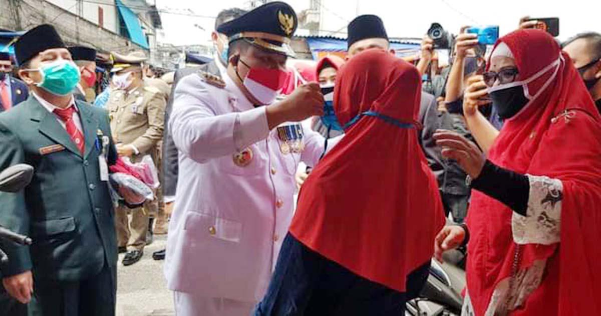 HUT RI Ke 75, Bupati Meranti Bersama Forkopimda Bagikan Ribuan Masker dan Face Shield Kepada Para Pedagang dan Pembeli 1