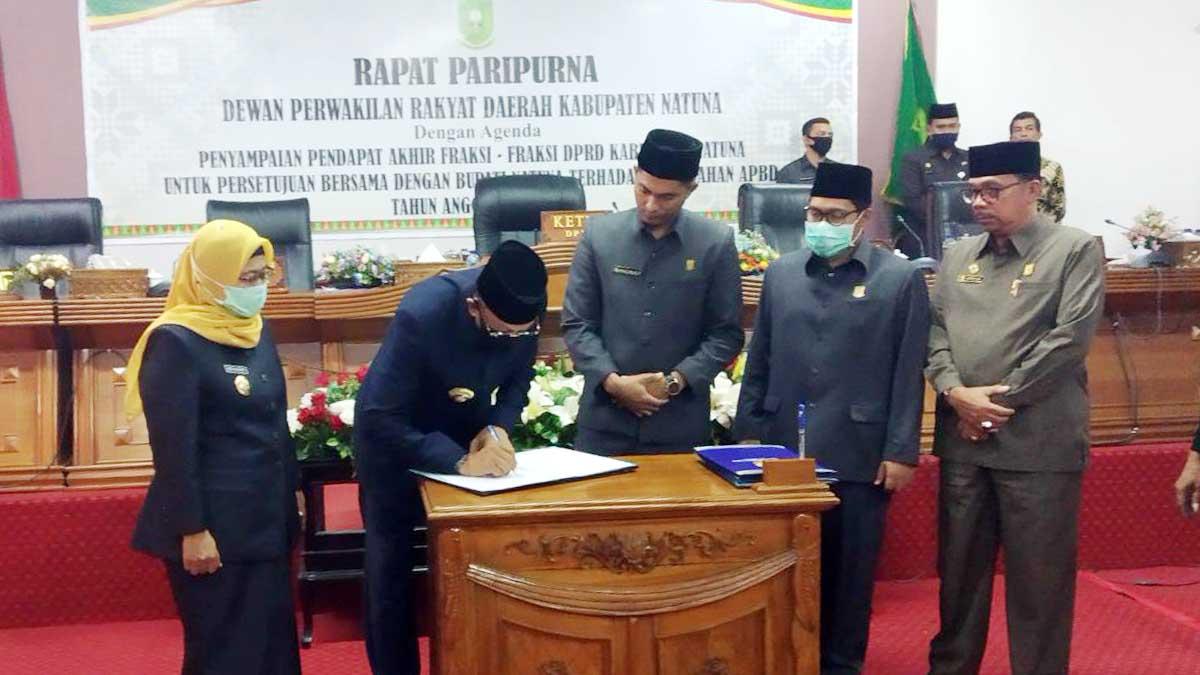 Bupati Natuna H Abdul Hamid Rizal, menandatangani persetujuan Rancangan Perubahan APBD Natuna Tahun 2020