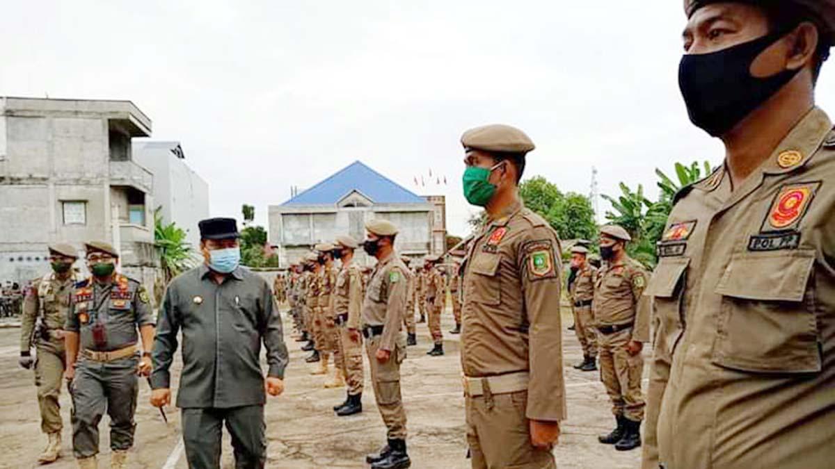 Didampingi Kasatpol PP Meranti, Bupati Kepulauan Meranti, Irwan Nasir, memeriksa barisan Satpol PP Meranti