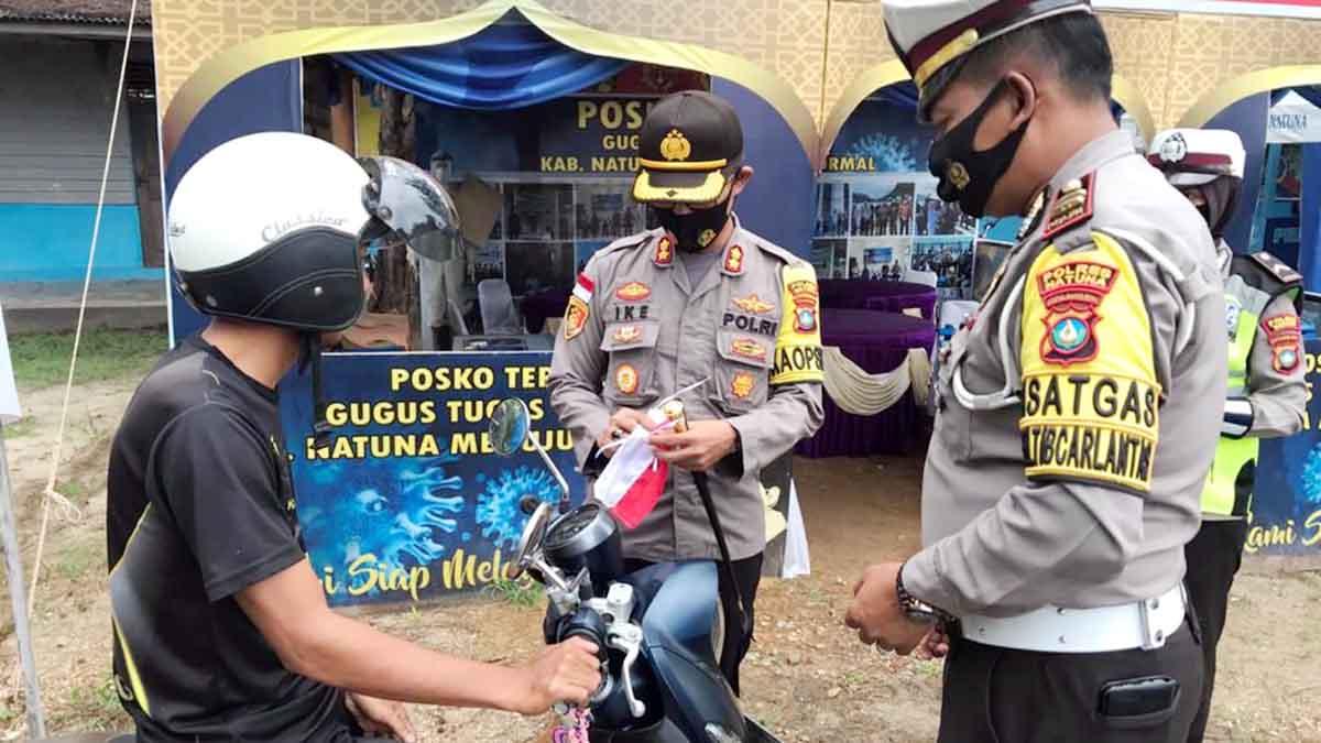 HUT RI Ke 75, Polres Natuna Bagikan Bendera Kepada Warga 12