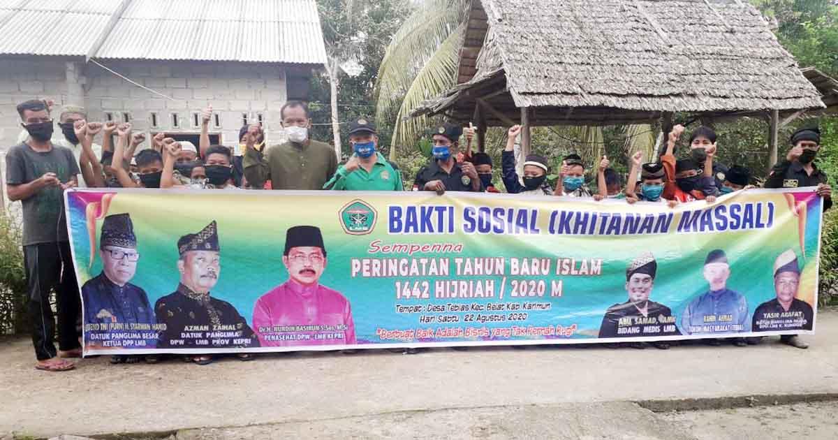Ketua LMB Provinsi Kepri, Datok Panglima Azman Zainal, bersama pengurus dan peserta Khitanan Gratis
