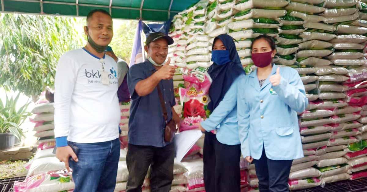Mahasiswa Kukerta UNRI turut membantun Pemerintah Kota (Pemko) Batam dalam menyalurkan paket sembako kepada warga