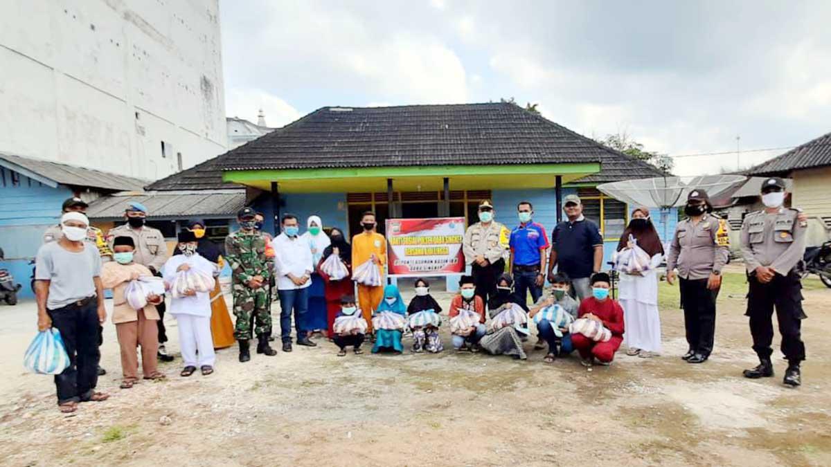 Polsek Dabo Singkep, Koramil 04 dan AJOI Lingga Bagi Sembako dan Masker Gratis 1