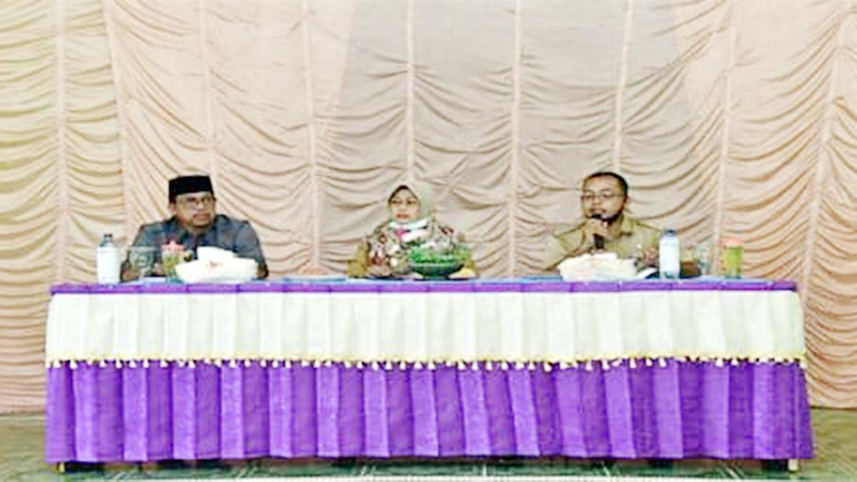 Wabup Ngesti Yuni Suprapti, didampingi Wakil Ketua II DPRD Natuna, Jarmin Sidik, dan Camat Bunguran Batubi, Said Muhammad Fadli, memberikan pengarahan kepada warga Desa Gunung Putri