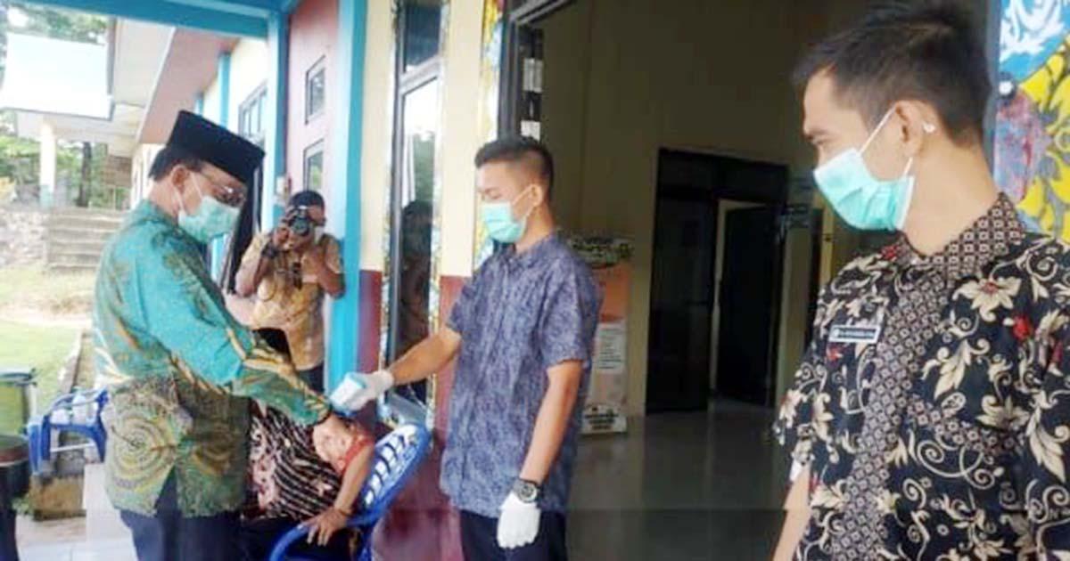 Anggota DPRD Natuna, H Pang Ali, tiba di Kantor Camat Serasan Timur