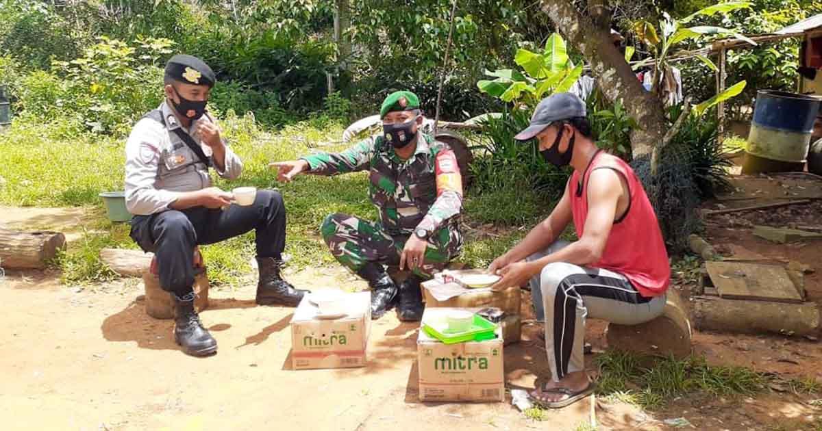 Babinsa dan Babhinkamtibmas Desa Harapan Jaya Komsos Bersama Warga 5