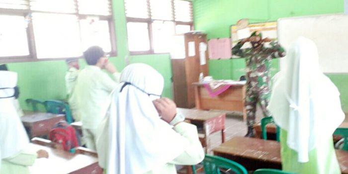 Babinsa Kelurahan Ranai Kota Komsos Bersama Guru dan Siswa SD Negeri 002 Ranai 13
