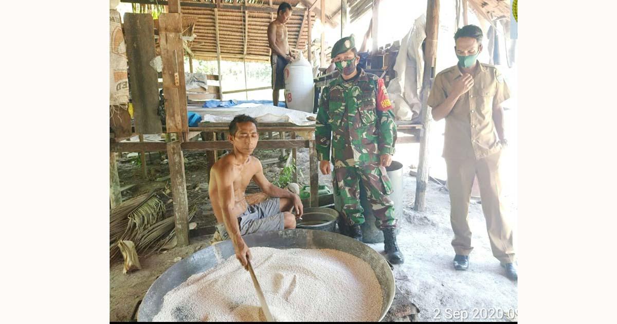 Babinsa Desa Ceruk Komsos Bersama Pengusaha Sagu 1