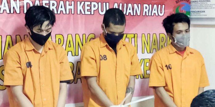 Ditresnarkoba Polda Kepri Ringkus 3 Pengedar Narkotika, 1,366,62 Kilo Daun Ganja Diamankan 14