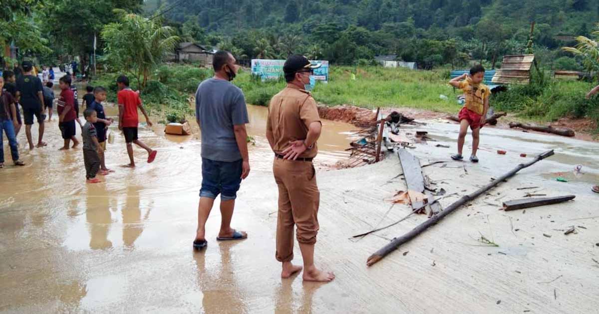 Hujan Landa Batam, Akses Jalan Perumahan Permata Asri ke GMP Digenangi Air 1