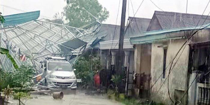 Belasan Rumah Porak Poranda Dihantam Puting Beliung 26