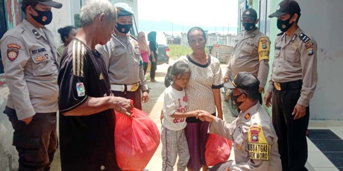 Kapolsek Moro Kunjungi Diana Penderita Sakit Atresia Ani 21