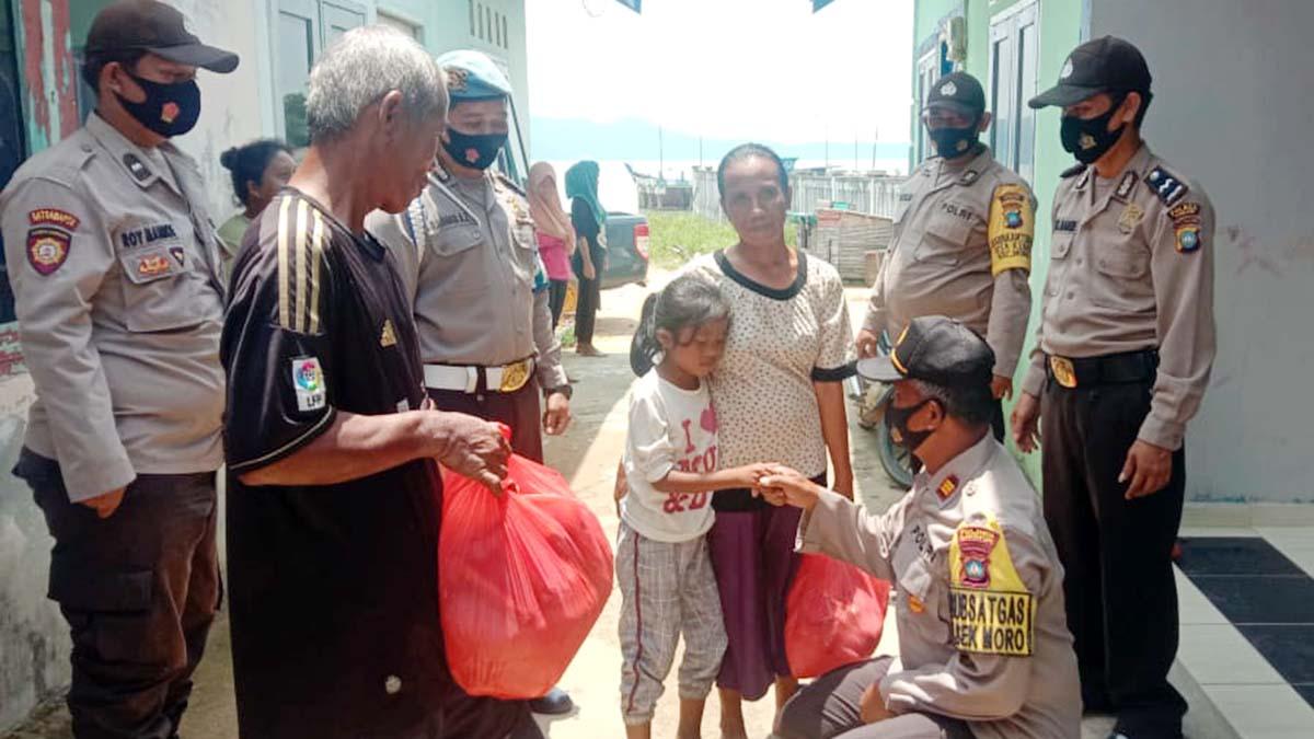 Kapolsek Moro Kunjungi Diana Penderita Sakit Atresia Ani 1