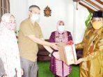 Kepala Dinas Perpustakaan dan Arsip, Wan Samsi, menerima dokumen asli dan salinan arsip statis Almarhum Wan Izhar Abdullah, Wakil Walikota Tanjungpinang, periode Tahun 2003 – 2008