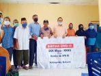 Ketua DPRD Natuna, Daeng Amhar, bersama para penerima bantuan peket sembako untuk warga terdampak Covid-19