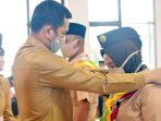 Pengalungan tanda peserta Kursus Pembina Pramuka Mahir Tingkat Dasar oleh Penjabat (Pj) Sekretaris Daerah (Sekda) Kabupaten Natuna, Hendra Kusuma