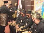 Pjs Bupati Karimun, Heri Andrianto, memberikan tepuk tepung tawar kepada pengurus DPC LMB yang baru saja dilantik