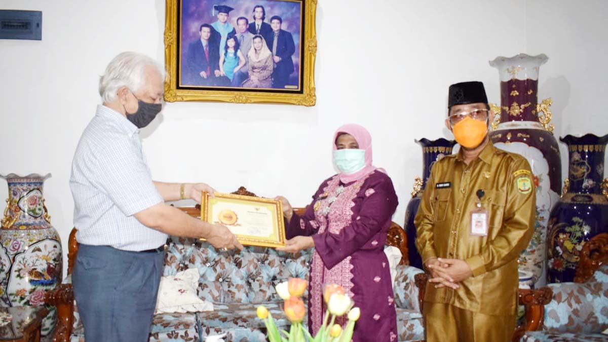 Selamatkan Arsip Daerah, Mantan Wawako dan Sekdako Tanjung Pinang Terima Penghargaan 1