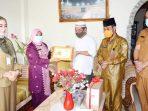 Wali Kota Tanjung Pinang, Rahma, memberikan penghargaan kepada mantan Sekretaris Daerah Kota Tanjungpinang periode tahun 2006 – 2009, Raja Izharuddin