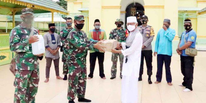 Kodim 0315 Bintan Serahkan Bantuan Alat Cek Suhu Tubuh dan Hand Sanitizer ke Masjid Sultan Riau Penyengat 24