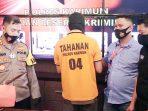 Kapolres Karimun, AKBP Muhammad Adenan, memperlihatkan parang yang digunakan pelaku