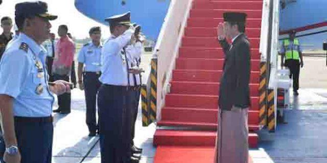 """KENAKAN SARUNG SAAT TURUN PESAWAT"", Presiden Jokowi Bikin Heboh Netizen"
