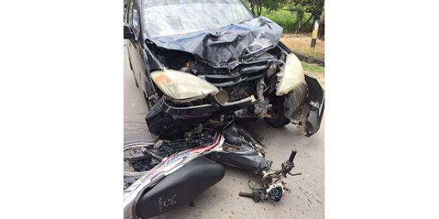 """Adu Kambing Yamaha Vega VS Mobil Daihatsu Xenia di Batu 18 Arah Kijang """"MAKAN KORBAN"""""""