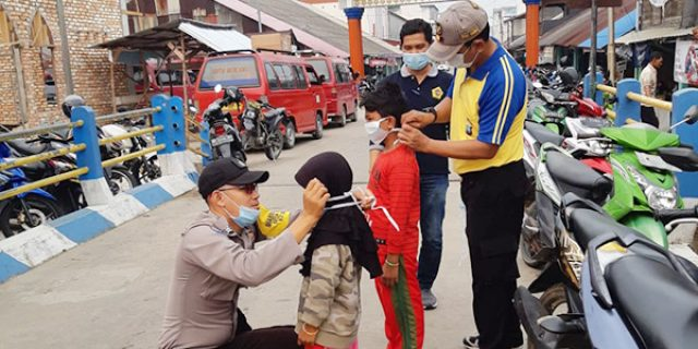 Antisipasi Penyakit ISPA, Polsek Kundur Utara Bagikan Masker