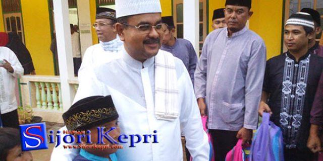 """Aunur Rafiq Bagikan Sumbangan """"DARI BANK RIAU KEPRI"""""""