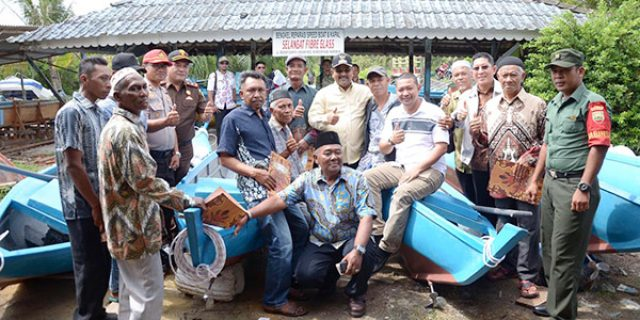 Bupati Serahkan 7 Unit Kapal dan 25 Sampan Kepada Nelayan Karimun