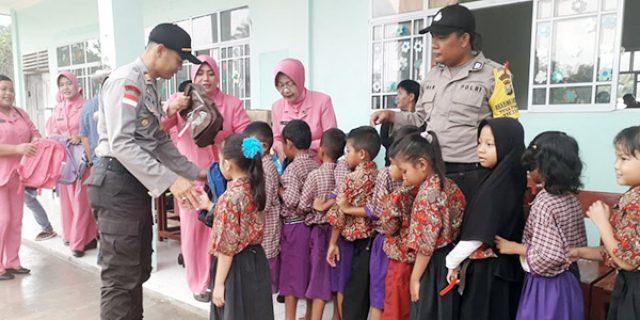 Polres Karimun Bersama Polsek Tebing Beri Bantuan di SDN 011 Tebing