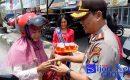 """Sambut Hari Kartini, Satlantas Polres Karimun """"BAGI-BAGI BUNGA"""""""