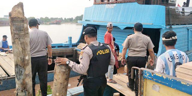 Gunakan Senjata Laras Panjang, Polisi Razia dan Periksa Dokumen Kapal