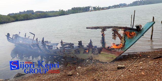 """Kapal Pukat Trawl Desa Penuba """"DIBAKAR WARGA"""""""
