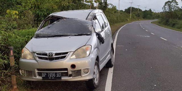 Mobil Avanza Tanpa Penghuni Ringsek di Tepi Jalan