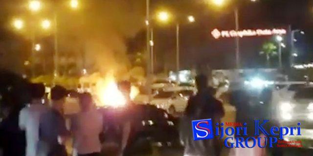 "Video ""MOBIL TERBAKAR dan MELEDAK"" di Parkiran Mall Matahari Tanjungpinang"