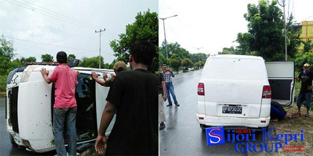 """Pecah Ban dan Slip, Mobil Suzuki APV """"TERBALIK"""""""