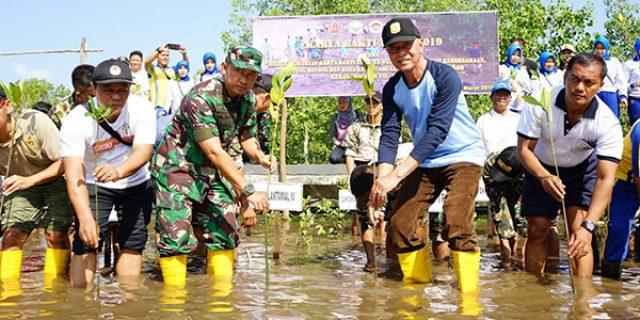 Danlantamal IV dan Walikota Tanjungpinang Tanam Bibit Mangrove