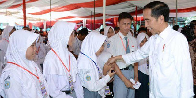"""Jokowi Bagikan 1.500 KIP """"UNTUK PELAJAR"""""""
