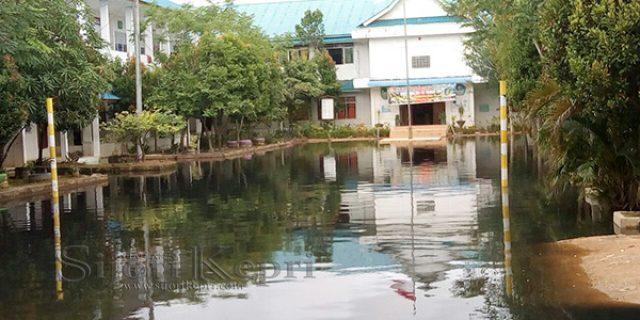 "Banjir, SMPN 28 Batam ""DIGENANGI AIR"""