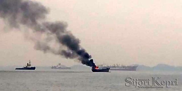 Kapal Terbakar di Perairan Batu Ampar, Batam