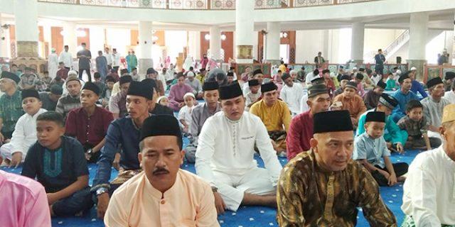 Bupati dan Wakil Bupati Natuna Shalat Idul Fitri di Masjid Agung NGU