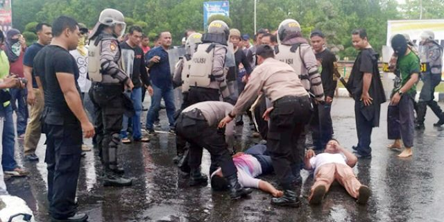 Massa Bentrok Dengan Aparat Kepolisian di Karimun