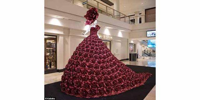 "Desainer Inggris Rancang Gaun Cantik dari ""400 MAWAR KERTAS"""