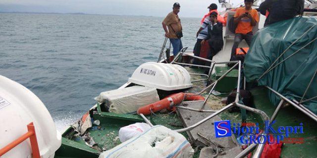 """Kapal Ferry Rute Tarempa-Tanjungpinang """"TABRAK TANKER"""" di Laut Bintan"""