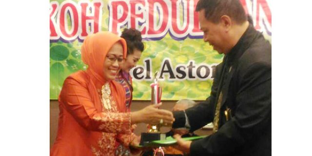 "Wakil Bupati Natuna Terima Penghargaan ""PEDULI ANAK INDONESIA 2017"""